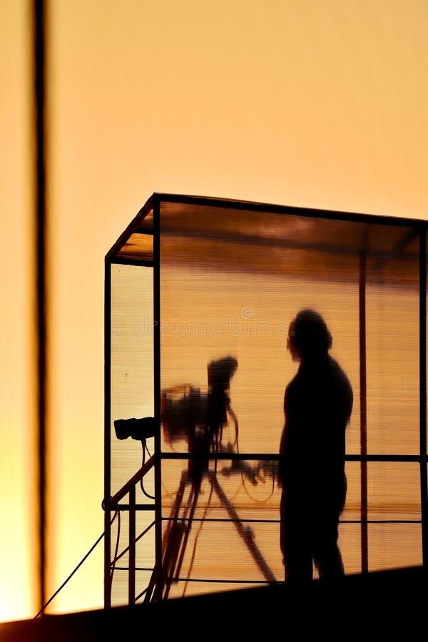 Σκιαγραφία καμεραμάν στο ηλιοβασίλεμα στοκ φωτογραφία με δικαίωμα ελεύθερης χρήσης
