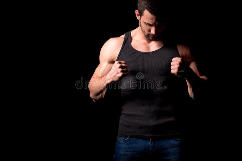 Σκιαγραφία μαχητών Όμορφο αθλητικό άτομο στον εγκιβωτισμό της στάσης σε ένα σκοτεινό υπόβαθρο στοκ εικόνες με δικαίωμα ελεύθερης χρήσης