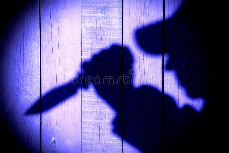 Σκιαγραφία με το μαχαίρι στη φυσική ξύλινη επιτροπή στοκ φωτογραφίες με δικαίωμα ελεύθερης χρήσης