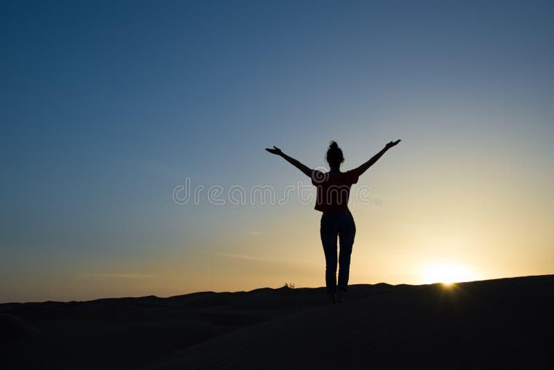 Σκιαγραφία μιας γυναίκας που στέκεται στο φως του ήλιου στοκ εικόνες με δικαίωμα ελεύθερης χρήσης