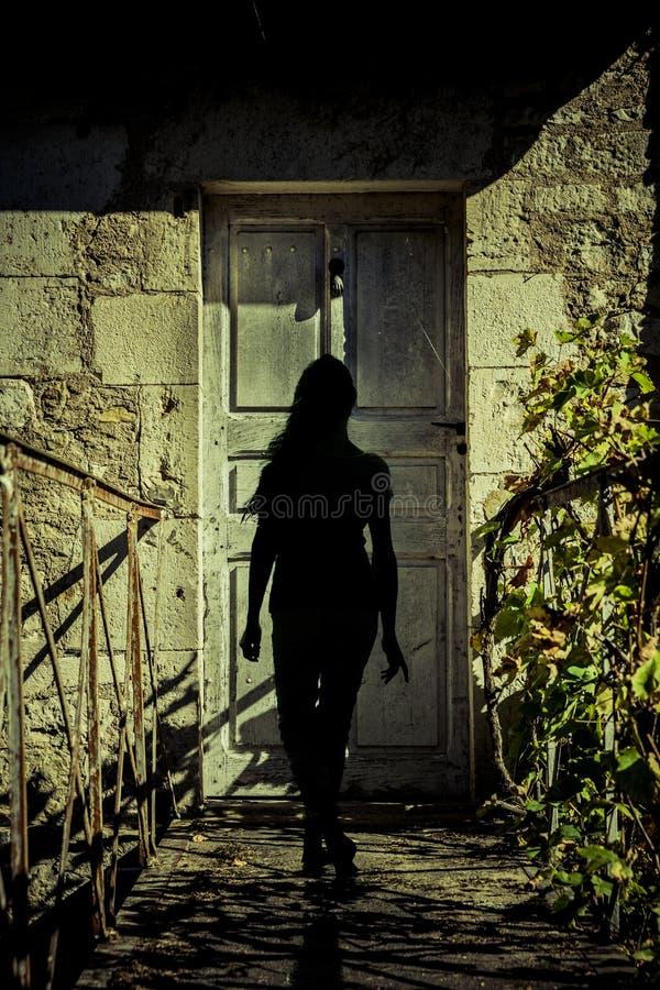 Σκιαγραφία μιας γυναίκας σε μια πόρτα στοκ εικόνες με δικαίωμα ελεύθερης χρήσης