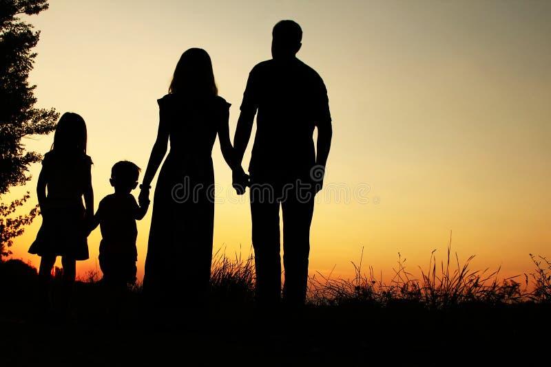 Σκιαγραφία μιας ευτυχούς οικογένειας με τα παιδιά στοκ φωτογραφία