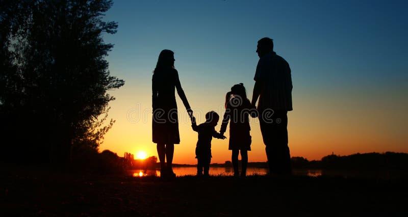 Σκιαγραφία μιας ευτυχούς οικογένειας στοκ εικόνα με δικαίωμα ελεύθερης χρήσης