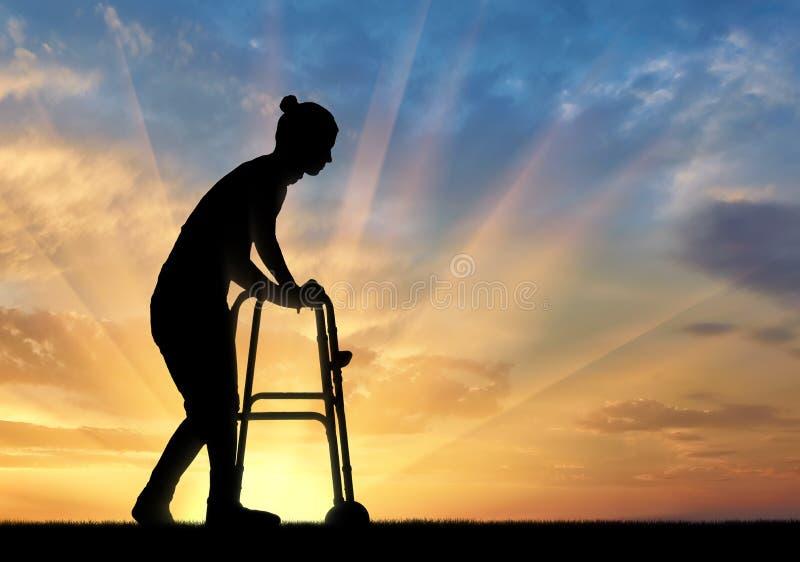 Σκιαγραφία μιας με ειδικές ανάγκες γυναίκας που περπατά, χρησιμοποιώντας έναν περιπατητή στοκ φωτογραφίες