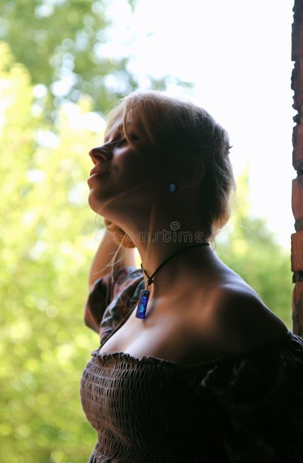 Σκιαγραφία μιας νέας γυναίκας με το σχίσιμο στοκ φωτογραφίες με δικαίωμα ελεύθερης χρήσης