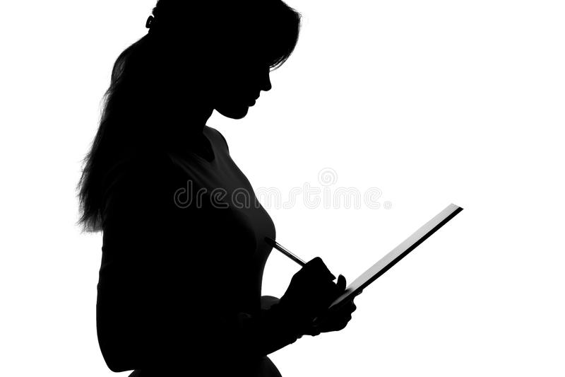 Σκιαγραφία μιας νέας γυναίκας που σκέφτεται εάν για να δεχτεί την προσφορά και εάν να υπογράψει ένα έγγραφο που είναι ήδη στα χέρ στοκ φωτογραφία με δικαίωμα ελεύθερης χρήσης