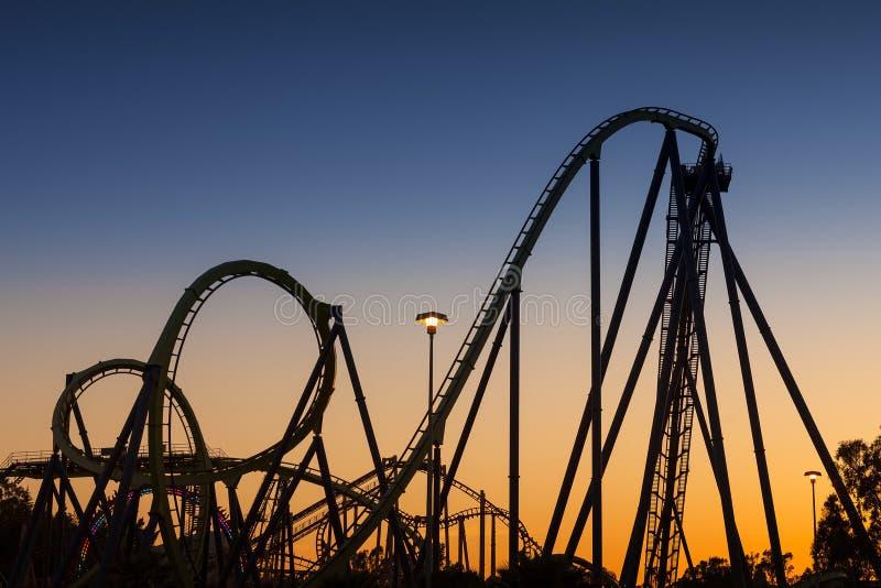 Σκιαγραφία ρόλερ κόστερ στο ηλιοβασίλεμα στοκ εικόνες