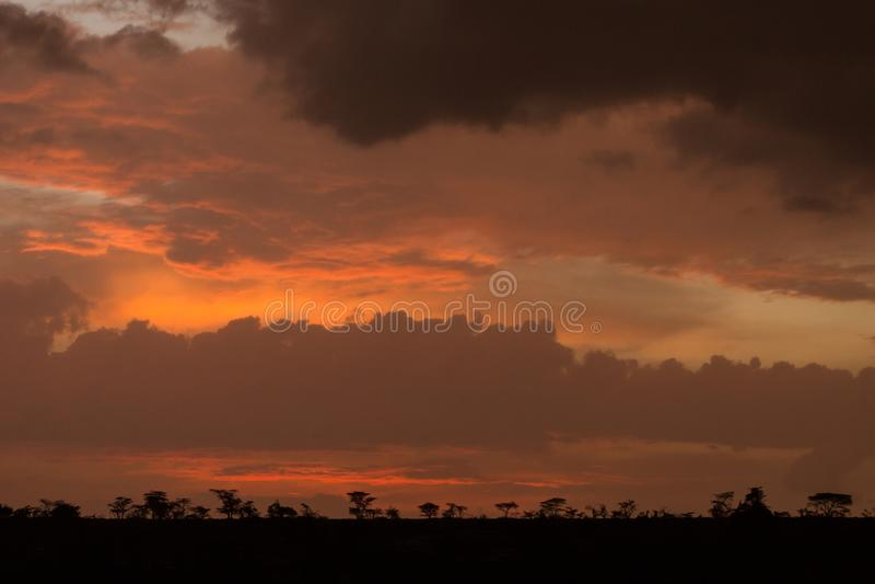 Σκιαγραφία σαβανών ενάντια σε έναν ουρανό ηλιοβασιλέματος στοκ φωτογραφίες με δικαίωμα ελεύθερης χρήσης