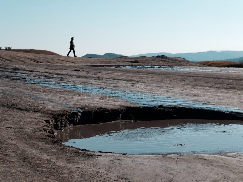 Σκιαγραφία στους τομείς λάσπης στοκ φωτογραφία με δικαίωμα ελεύθερης χρήσης