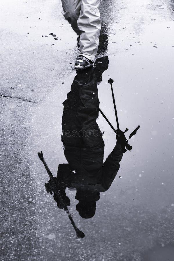 Σκιαγραφία της αντανάκλασης ενός σκιέρ που διευθύνει στον ανελκυστήρα στοκ φωτογραφία