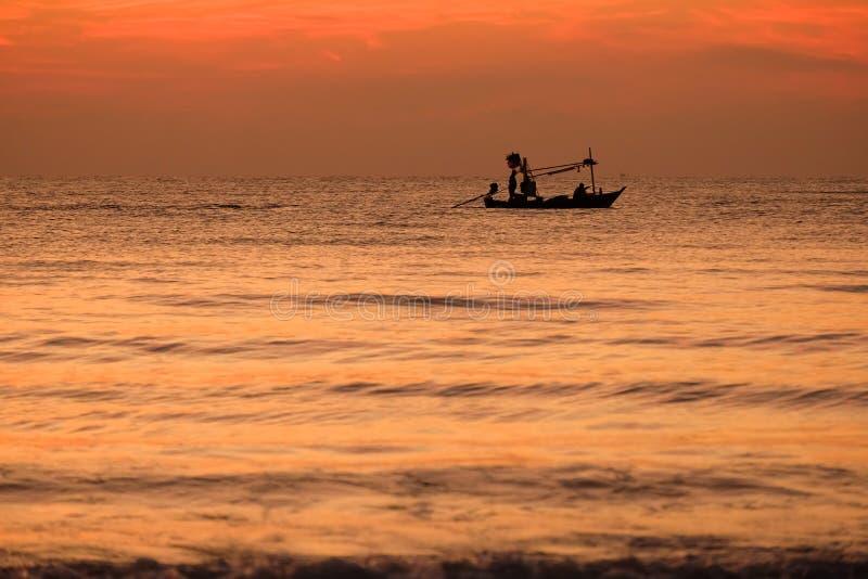 Σκιαγραφία της βάρκας ψαράδων στη θάλασσα της Ταϊλάνδης, Huahin, επαρχία Prachuap Khiri Khan, στοκ εικόνα με δικαίωμα ελεύθερης χρήσης