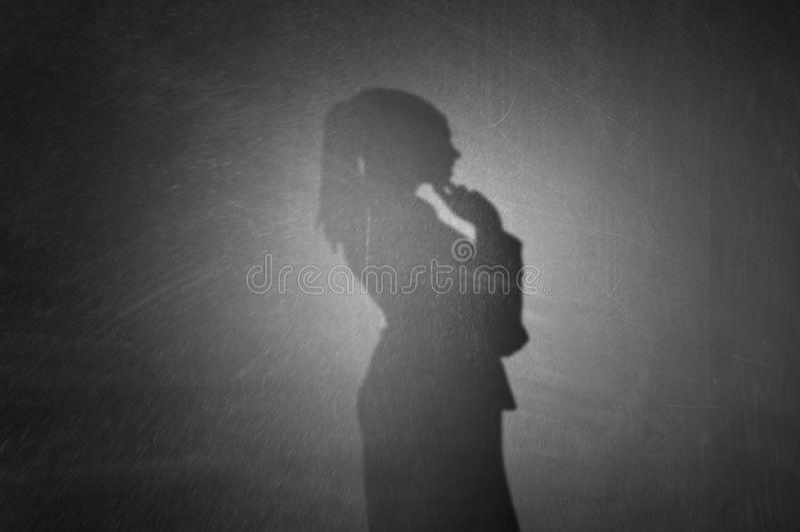 Σκιαγραφία της γυναίκας στον τοίχο Μικτά μέσα στοκ εικόνα