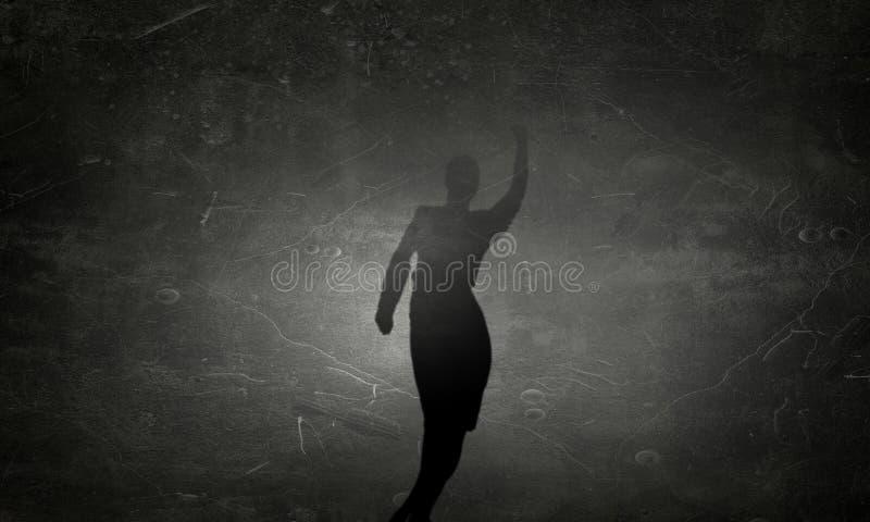Σκιαγραφία της γυναίκας στον τοίχο Μικτά μέσα στοκ φωτογραφίες με δικαίωμα ελεύθερης χρήσης