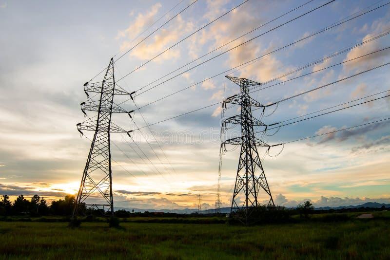 σκιαγραφία της ηλεκτρικής δομής πόλων υψηλής τάσης στοκ εικόνες
