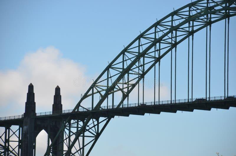 Σκιαγραφία της ιστορικής γέφυρας κόλπων Yaquina στο Νιούπορτ, Όρεγκον στοκ φωτογραφία με δικαίωμα ελεύθερης χρήσης