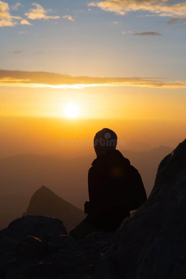 Σκιαγραφία της κορυφής μορφής ανατολής προσοχής προσώπων του βουνού στοκ φωτογραφία
