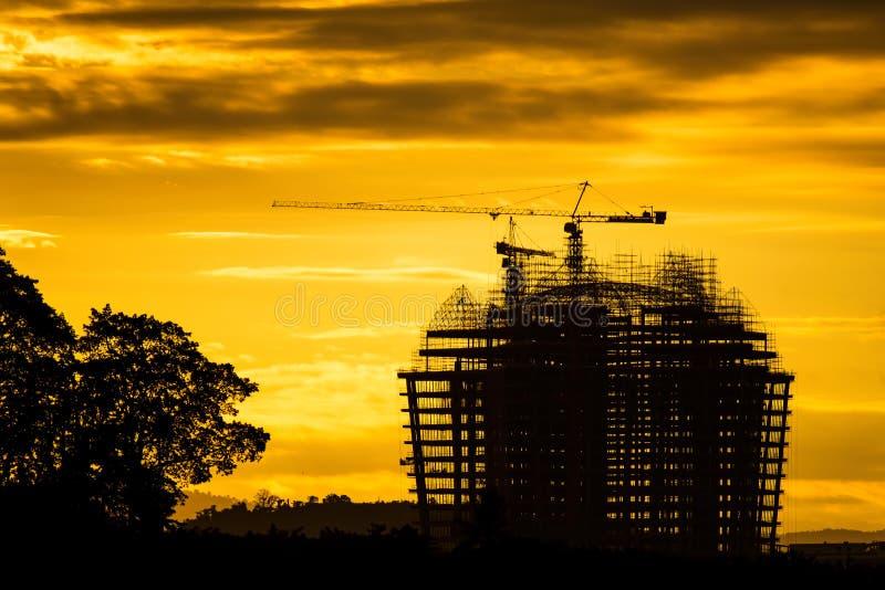 Σκιαγραφία της οικοδόμησης του εργοτάξιου οικοδομής στην ανατολή στοκ εικόνα με δικαίωμα ελεύθερης χρήσης