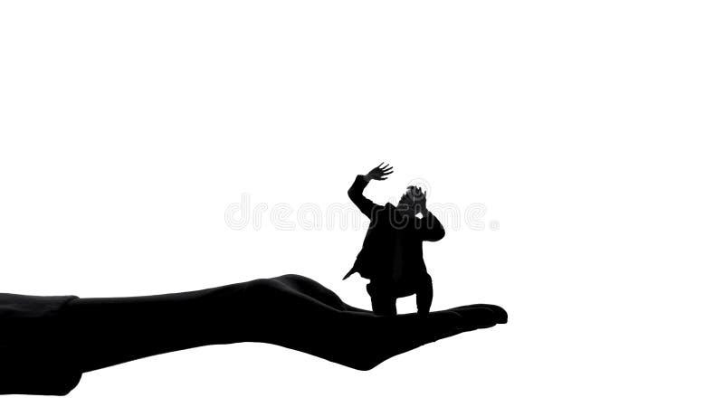 Σκιαγραφία του άνδρα εκμετάλλευσης χεριών γυναικών, θηλυκή αρχή, χειρισμός κυριαρχίας στοκ εικόνες