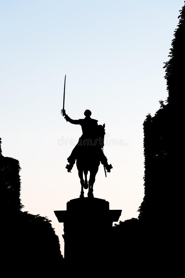 Σκιαγραφία του αγάλματος ενός αναβάτη σε ένα άλογο, που κρατά saber παραβολή στοκ εικόνα