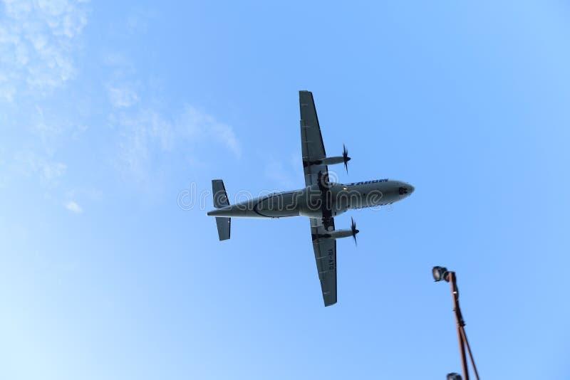 Σκιαγραφία του αεροπλάνου που προσγειώνεται, πλησιάζοντας διάδρομος στοκ εικόνες