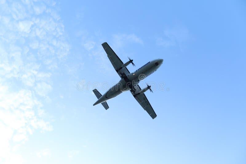 Σκιαγραφία του αεροπλάνου που προσγειώνεται, πλησιάζοντας διάδρομος στοκ εικόνα με δικαίωμα ελεύθερης χρήσης