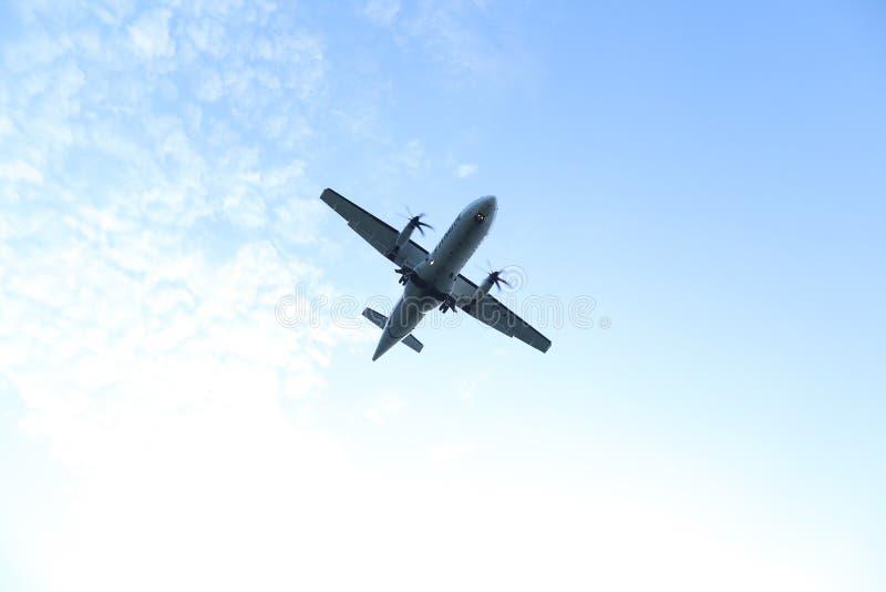 Σκιαγραφία του αεροπλάνου που προσγειώνεται, πλησιάζοντας διάδρομος Όψη από κάτω από στοκ εικόνες με δικαίωμα ελεύθερης χρήσης