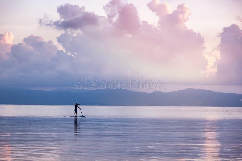 Σκιαγραφία του ατόμου επάνω της κυματωγής ΓΟΥΛΙΑΣ στο ηλιοβασίλεμα Όμορφο Seascape στοκ εικόνα με δικαίωμα ελεύθερης χρήσης