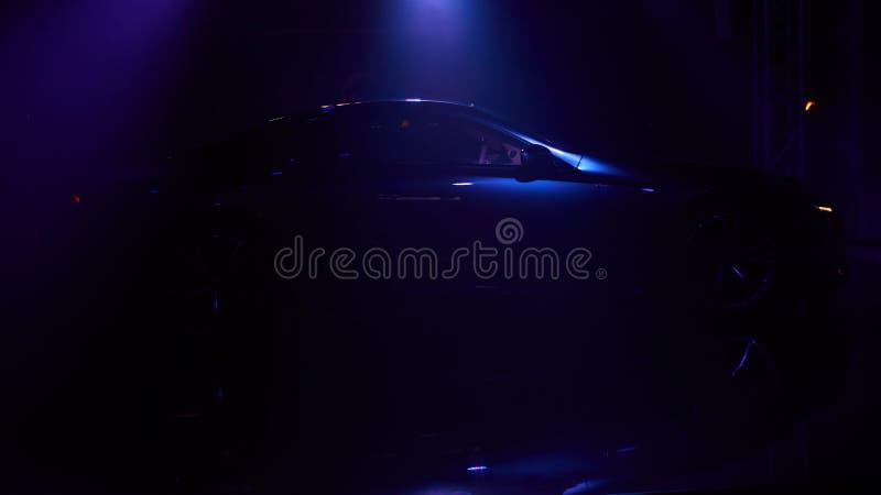 Σκιαγραφία του αυτοκινήτου με τους προβολείς στο μαύρο υπόβαθρο στοκ φωτογραφίες