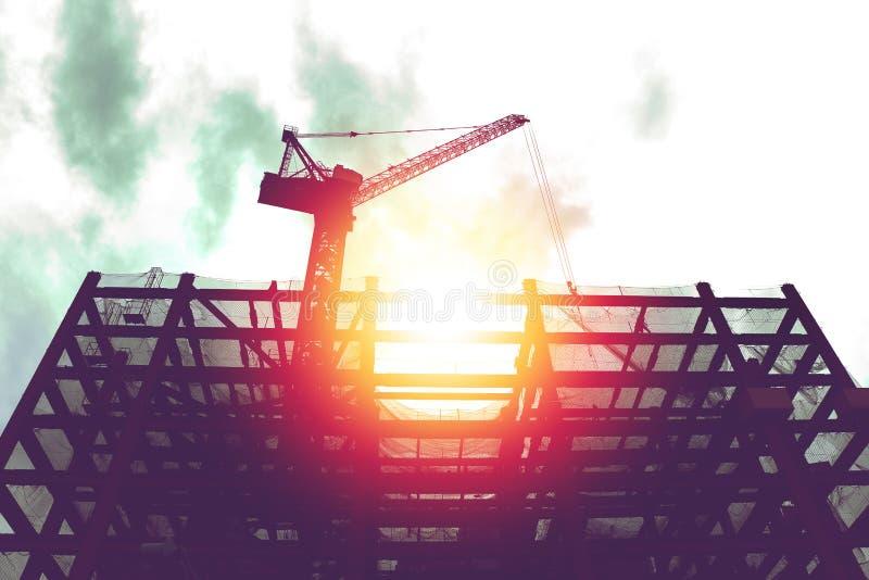 Σκιαγραφία του γερανού στην οικοδόμηση του εργοτάξιου οικοδομής στοκ εικόνες