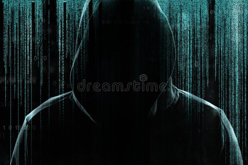 Σκιαγραφία του εγκληματία cyber στο κλίμα με τα ψηφιακά σύμβολα ελεύθερη απεικόνιση δικαιώματος