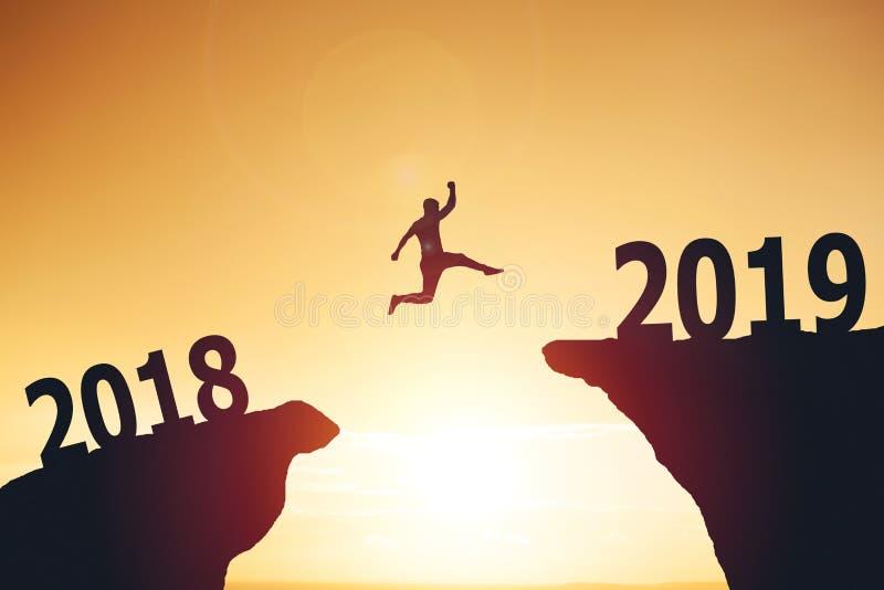 Σκιαγραφία του επιχειρησιακού ατόμου που πηδά από το 2017 ως το 2018 στοκ φωτογραφία με δικαίωμα ελεύθερης χρήσης