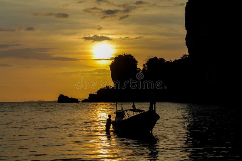 Σκιαγραφία του ηλιοβασιλέματος αλιευτικών σκαφών στο παραθαλάσσιο θέρετρο θάλασσας στην Ταϊλάνδη, Krabi, Railey και Tonsai στοκ φωτογραφία με δικαίωμα ελεύθερης χρήσης