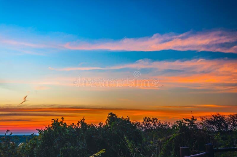 Σκιαγραφία του ηλιοβασιλέματος ατμόσφαιρας το βράδυ στοκ φωτογραφίες