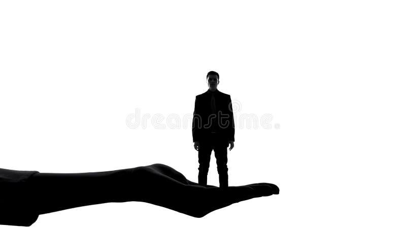 Σκιαγραφία του θηλυκού άνδρα εκμετάλλευσης χεριών, αρχή των γυναικών, χειρισμός κυριαρχίας στοκ φωτογραφία με δικαίωμα ελεύθερης χρήσης