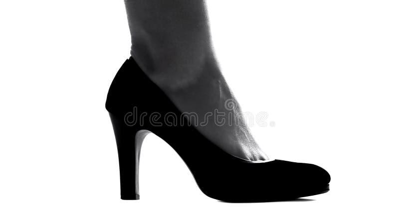 Σκιαγραφία του θηλυκού ποδιού στα ψηλοτάκουνα παπούτσια, την κομψότητα και τη μόδα, κινηματογράφηση σε πρώτο πλάνο στοκ φωτογραφία με δικαίωμα ελεύθερης χρήσης