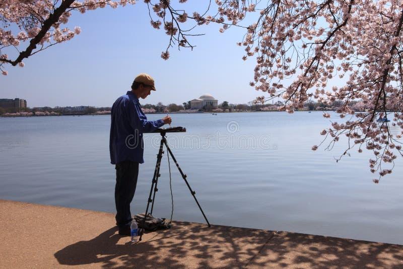 Σκιαγραφία του καλλιτέχνη κατά μήκος της παλιρροιακής λεκάνης στοκ φωτογραφίες