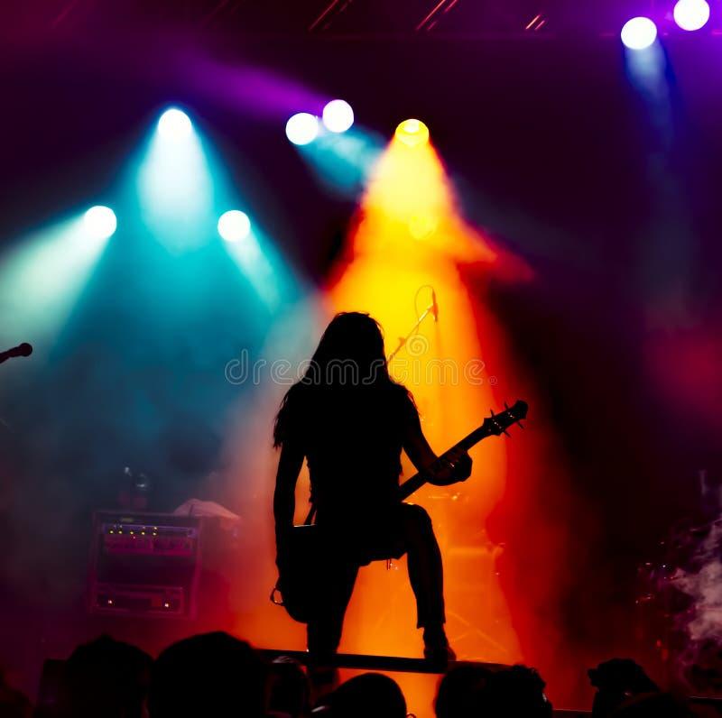 Σκιαγραφία του κιθαρίστα στη δράση στη σκηνή στοκ φωτογραφία με δικαίωμα ελεύθερης χρήσης