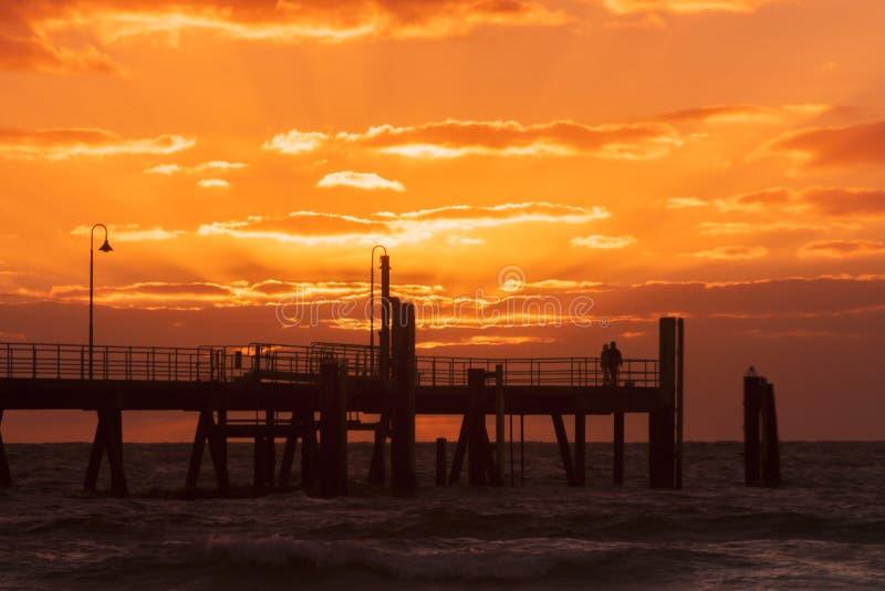 Σκιαγραφία του λιμενοβραχίονα Glenelg στο ηλιοβασίλεμα Νότια Αυστραλία, Αδελαΐδα Τοπίο παραλιών στοκ εικόνα με δικαίωμα ελεύθερης χρήσης