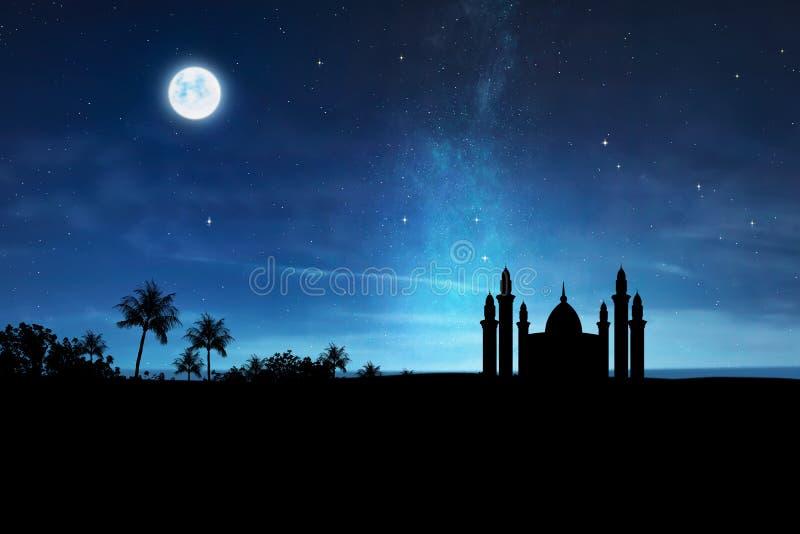 Σκιαγραφία του μουσουλμανικού τεμένους με τον υψηλό μιναρές στοκ εικόνες με δικαίωμα ελεύθερης χρήσης