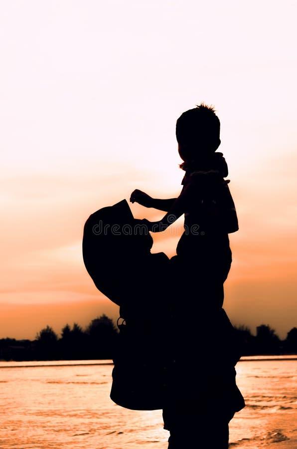 Σκιαγραφία του παιχνιδιού μητέρων με το γιο της στοκ φωτογραφία με δικαίωμα ελεύθερης χρήσης