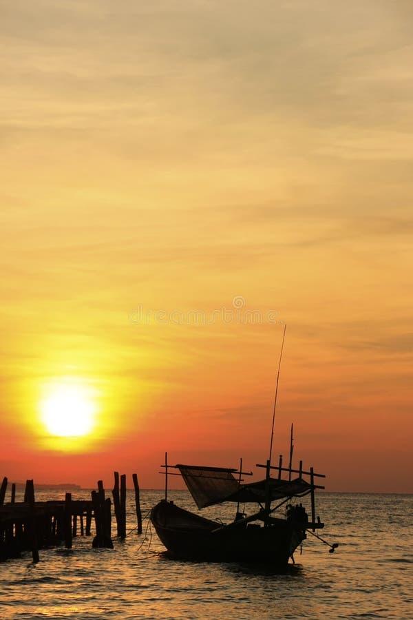 Σκιαγραφία του παραδοσιακού αλιευτικού σκάφους στην ανατολή, Koh isla Rong στοκ φωτογραφία