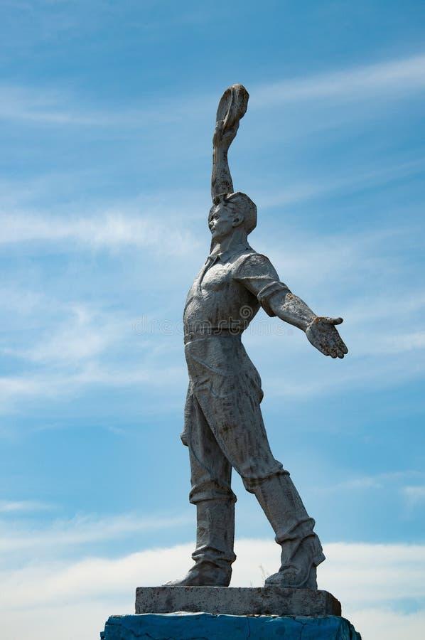 Σκιαγραφία του σοβιετικού αγάλματος εργαζομένων με το υπόβαθρο ουρανού Κοινωνικό μνημείο ρεαλισμού στην επαρχία της Οδησσός της Ο στοκ εικόνα με δικαίωμα ελεύθερης χρήσης