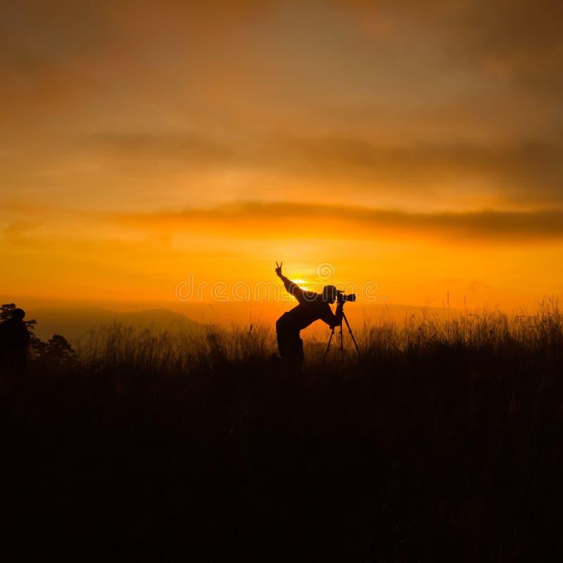 Σκιαγραφία του φωτογράφου που παίρνει την εικόνα στοκ φωτογραφία με δικαίωμα ελεύθερης χρήσης