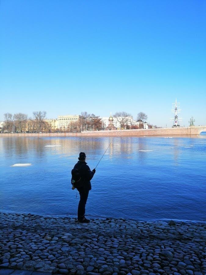 σκιαγραφία του ψαρά και του ποταμού στοκ φωτογραφία