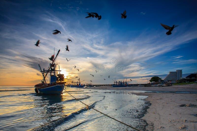 Σκιαγραφία του ψαρά με την ανατολή στοκ εικόνα με δικαίωμα ελεύθερης χρήσης