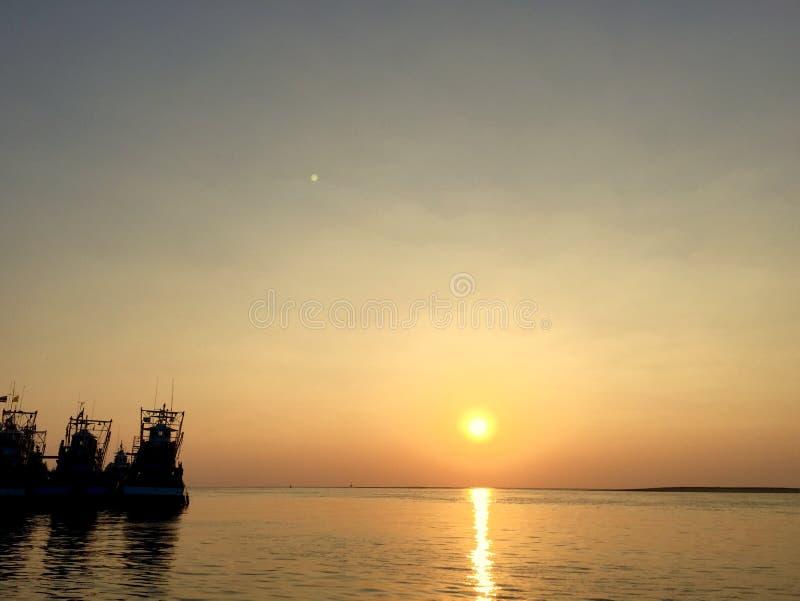 Σκιαγραφία τριών αλιευτικών σκαφών με ένα ταϊλανδικό ηλιοβασίλεμα στοκ φωτογραφία με δικαίωμα ελεύθερης χρήσης