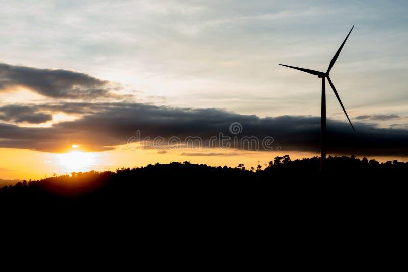 Σκιαγραφία των ανεμοστροβίλων στο βουνό στο ηλιοβασίλεμα στοκ φωτογραφία με δικαίωμα ελεύθερης χρήσης