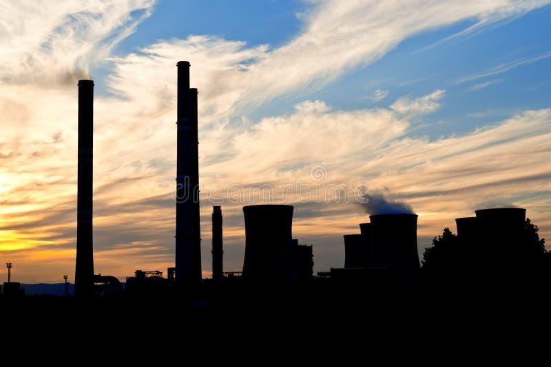 Σκιαγραφία των εγκαταστάσεων παραγωγής ενέργειας στοκ εικόνες με δικαίωμα ελεύθερης χρήσης