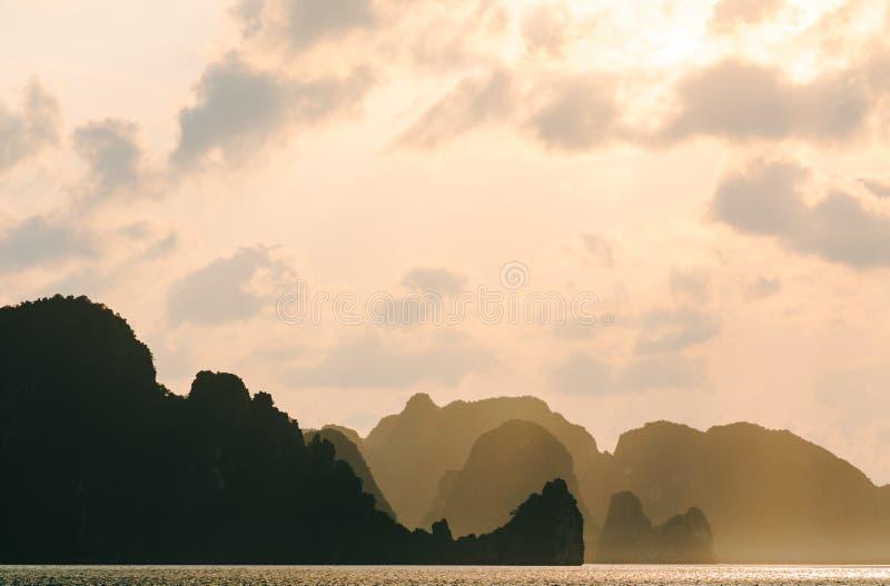 Σκιαγραφία των λόφων και των νησιών στη θάλασσα στο ηλιοβασίλεμα Μακρύς κόλπος εκταρίου στο ηλιοβασίλεμα στοκ φωτογραφίες με δικαίωμα ελεύθερης χρήσης