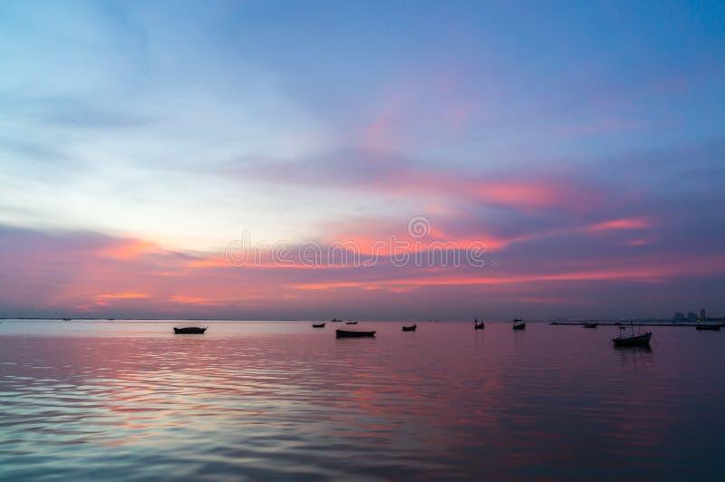 Σκιαγραφία των μικρών αλιευτικών σκαφών στη θάλασσα κατά τη διάρκεια του ηλιοβασιλέματος στοκ εικόνες με δικαίωμα ελεύθερης χρήσης